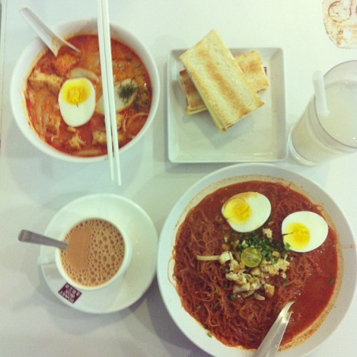 Breakfast with @gingerette! :) 🍜🍲🍞☕