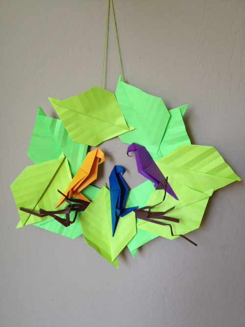 This week's Origami class project…parrots in paradise! The leaves and parrots are designed by Masato Ishikawa.