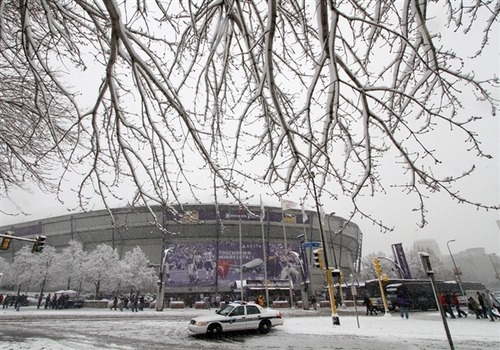 Storm pummels Upper Midwest , Northern Plains with heavy snow, wind; travelers urged to stay off roads (Photo: Andy King / AP) A potent winter storm pounded the Upper Midwest and Northern Plains on Sunday with heavy snow and strong winds, making traveling treacherous and prompting airlines to cancel scores of flights. Read the complete story.