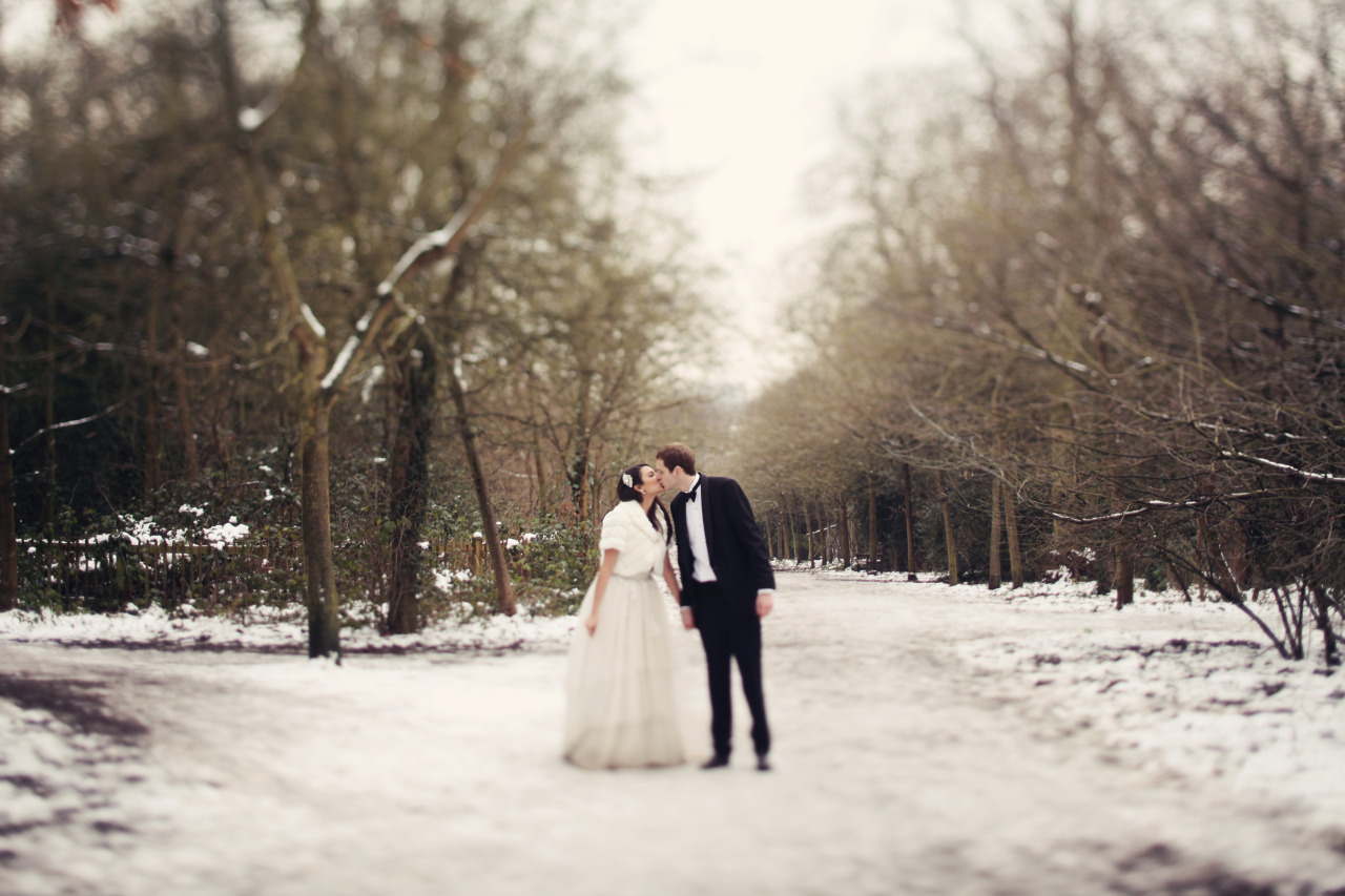 fuckyeahweddingideas:  lauradebourde submitted: Snow Wedding.  www.facebook.com/lauradebourdephotography for more :D