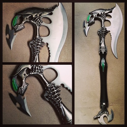 aliensandpredators:  alienjunkie:  My Alien inspired battle axe  Awesome