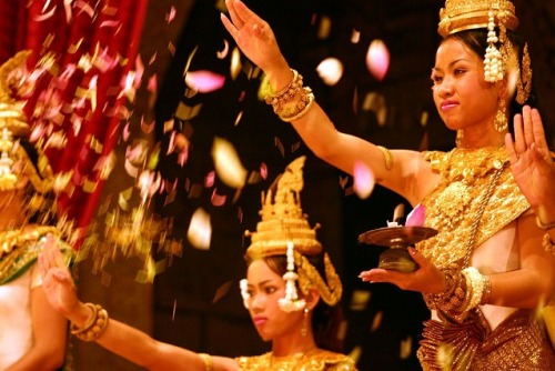 the-beauty-of-asia:  Khmer dancers in Cambodia performing Robam Choun Por.