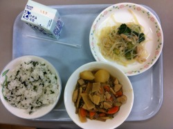 Today's school lunch: rice with wakame seaweed, oden, and pickled cucumber with glass noodles. I didn't want to eat any of that. I just ate the pickles; which is saying a lot. It wasn't horrible. It's just I really don't like the tastes of oden and wakame rice…