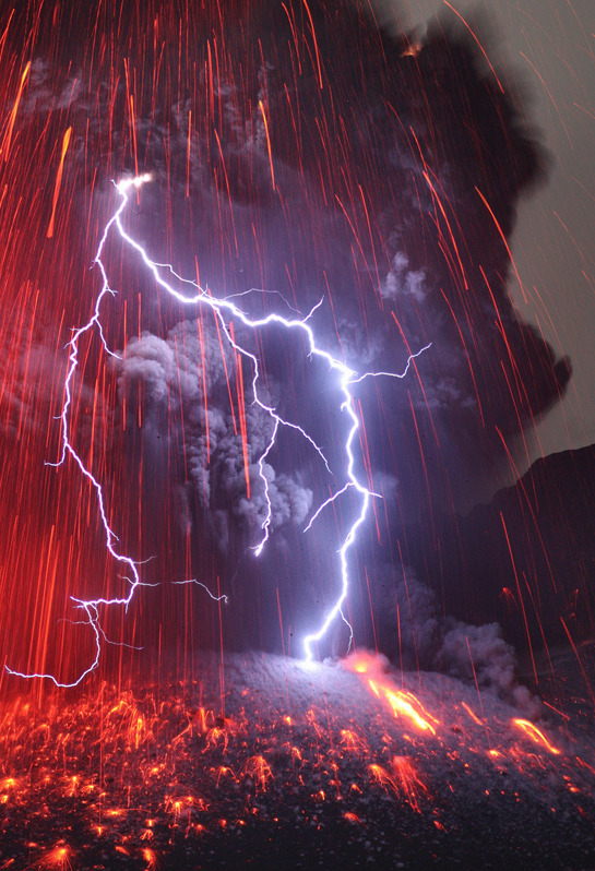 archanjel:  Sakurajima Volcano with Lightning