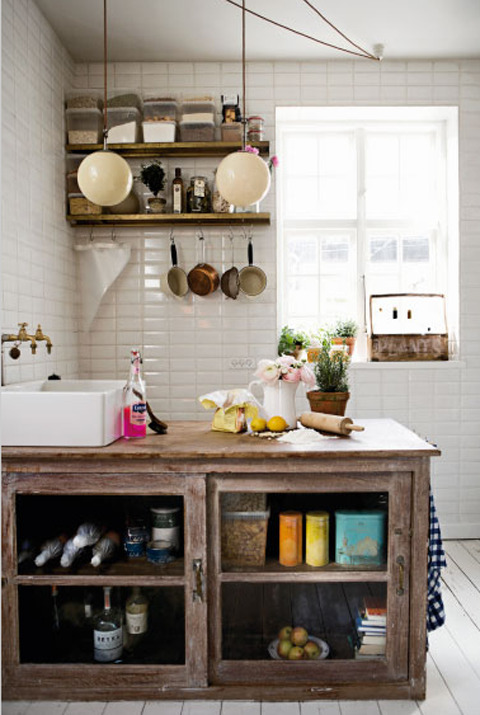 rustic and vintage = cozy kitchen (via Belas Cozinhas)