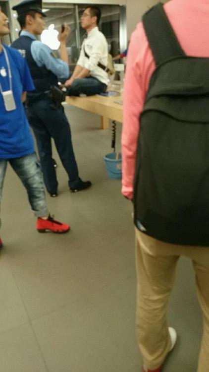 銀座のアップルストアの中国人夫婦が営業妨害進行中。警察が引き続き説得中。もうさ、逮捕したらいいんじゃない? #銀座アップルストア pic.twitter.com/TcYtgTNcmV