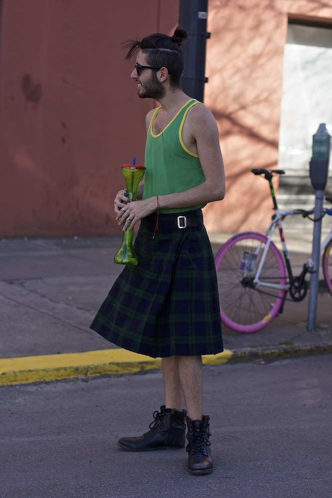 Skinny men and their kilts. Gotta love them.  (via …on the street at Mangue Banzima)