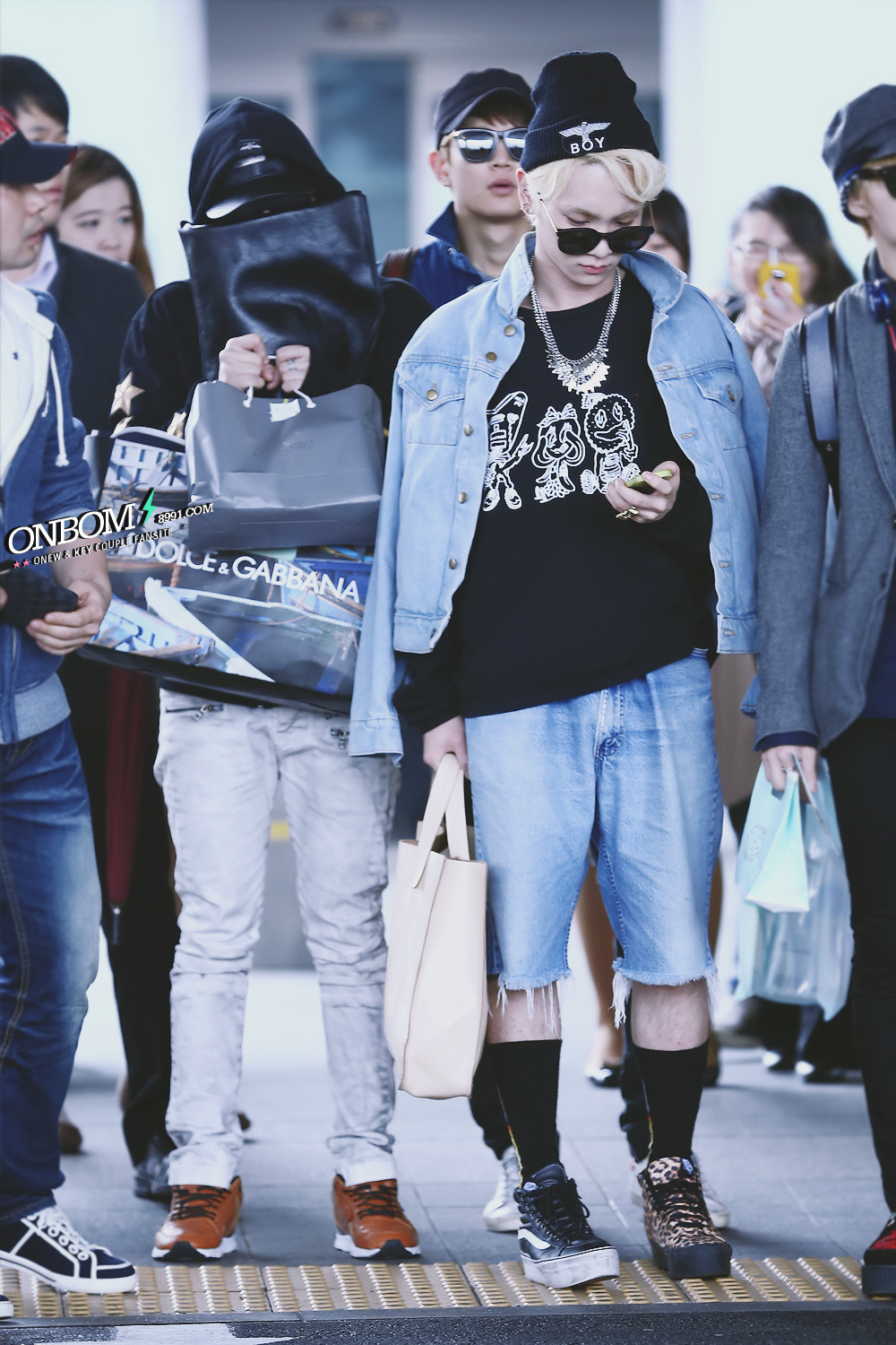 onew was covering his face. look, he brought so many gift lol