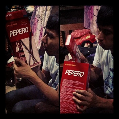 Mawie gave me this huuuuge pepero box, I thought it contained huuuuge sticks but just found small boxes inside 😔 but still, its pepero so its all good! 😃