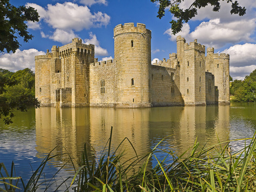 Back on the Kent/Sussex border for Easter.  :)  allthingseurope:  Bodiam Castle, UK (by niloc's pic's)