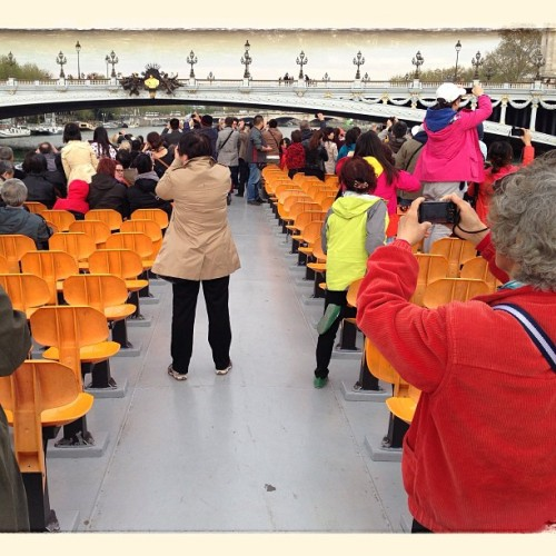 Mad tourists giving themselves to the photography devil ! On a Bateaux-mouches in Paris.#paris #bateauxmouches #tourist #touristes #bridge #pont #ironic #irony #turism #tourisme #seine #water #boat #funny #photo #photography #chinese #miseenabyme #droste #drosteeffect #miseenabîme #abyme #miroir #mirror #abîme (à la Seine, Pont Alexandre III, Paris)