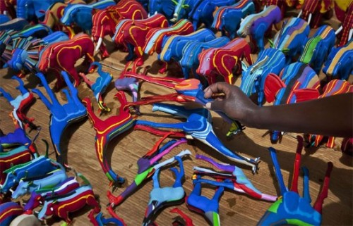fotojournalismus:  Kenya co. turns old sandals into colorful objects This little company from Kenya makes toys from slippers that wash up on the beach.  Pictures by Ben Curtis The company's name is Ocean Sole: http://www.ocean-sole.com/ (via dynamicafrica, yannickbrouwer)