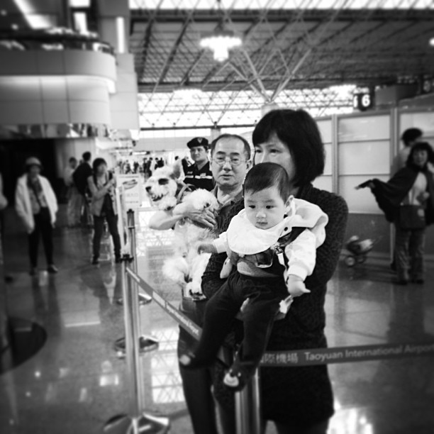 Say goodbye dog, say goodbye baby. #taipei #taiwan #taoyuan #airport #streetphoto_bw #candid #bw