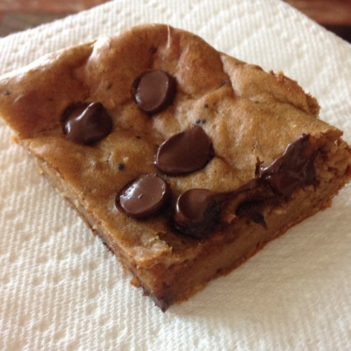 lifeasali:  These are amazeballs. Banana protein bars! Super easy to make. 3 dates, 3 bananas, 3 Tbsp PB, 1.5 scoops casein protein (I used Optimum Nutrition Cookies & Cream), 1/3 C oats, 1/2 tsp baking soda, 1 tsp vanilla, 2 eggs. In your food processor, grind dates into a clumpy paste, add bananas and blend. Then add PB and eggs, blend. Add casein, oats, baking soda and vanilla, blend. Sprinkle chocolate chips over bowl, spread mixture into a 9x9 baking pan. Add more dark chocolate chips on top. Bake for 20 min at 375 f. Cut into 12 squares and love life. Macros per bar: 5.9f, 16.8c, 5.6p (carbs change depending on amt of chocolate)