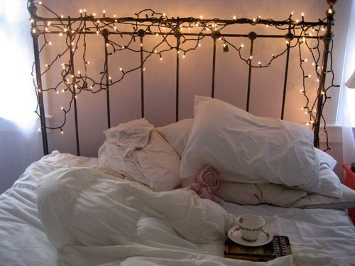 fairylights (via HOME DECOR / pinterest)