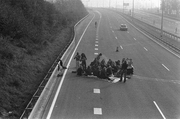 historical-nonfiction:  People enjoying a picnic in the middle of a highway during the 1973 oil crisis.