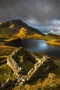 enchantedengland:  bluepueblo:   Ancient Ruins, Llyn Dwyarchen, North Wales  photo via hobbitlad enchantedengland: Inspiration for a Wales holiday. Also I like kdsarge