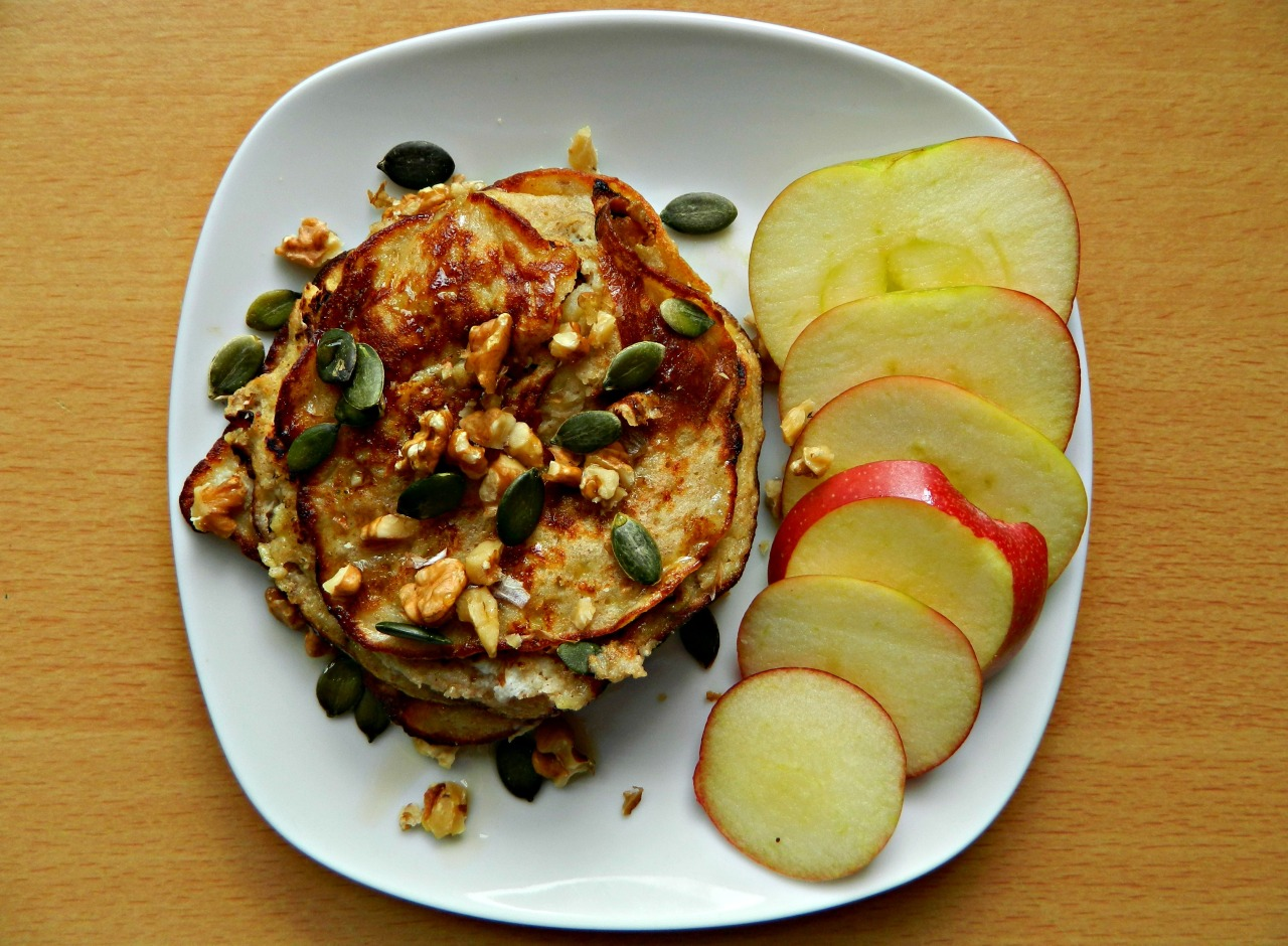 Banana and cinnamon pancakes with crushed walnuts, pumpkin seeds, maple syrup and apple slices. These pancakes are gluten and dairy free! The recipe is as follows:- 1 mashed banana, 1 egg, 1 tbsp ground almonds, 1 tbsp brown rice flour, a few shakes of cinnamon and a tsp or so of coconut oil to cook them in. Mix that all together then voila! Pancakes. If your banana isn't very ripe I'd suggest adding some agave or maple syrup. :) Stats: (makes 3 pancakes) 280 cals, 9g protein and 20% daily fibre. Awesome.