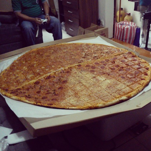 Happy Mothers Day :) 50inches pizza. Tara pakasawa tayo :)) pizzaville #enjoy #instadaily #instaphoto #instagood #pizza #big #eat #food (at Villa Carolina I)