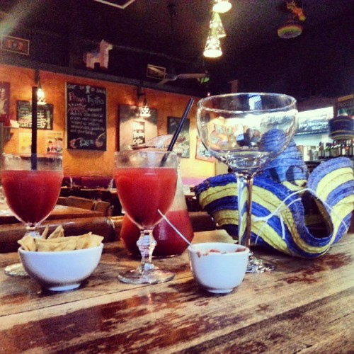 Fish bowl, corn chips and a litre of strawberry margarita. ♥ #Melbourne #Mexican #foodporn  (at Taco Bill's)