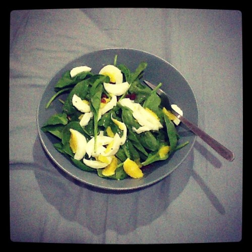 My #goto #healthyeating #spinach #egg #sundriedtomatoes #asiandressing #salad 😊👍🌿🐣