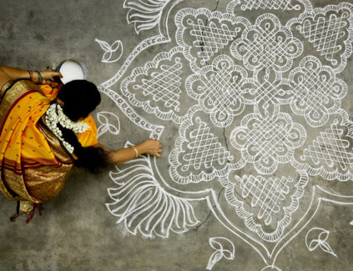 prettypeachpeonies:  ardhasatya:  Rangoli (रंगोली)  South Indian kolam. So beautiful.