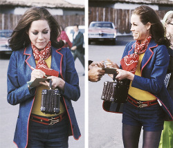 trixiedelight:  Mary Tyler Moore signing an autograph for a fan, 1971