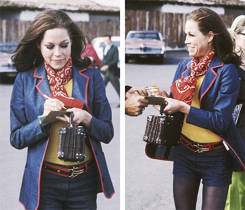 trixiedelight:  Mary Tyler Moore signing an autograph for a fan, 1971  This is my kind of lady.  She's got spunk.