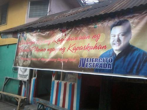 Oy Merry Christmas from @jvejercito via a tarp. (Si JV Ejercito namamasko via tarp. Along Arayat, Cubao. via @chantaleco )
