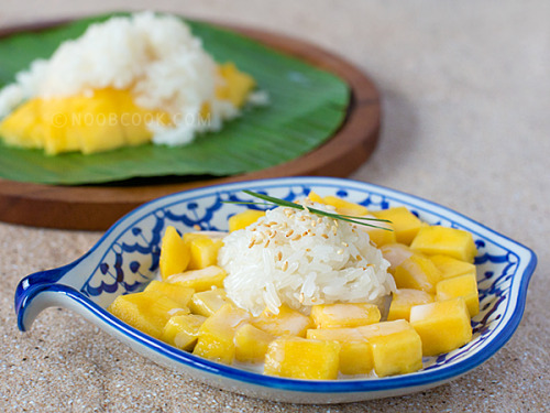 shelovesasianfood:  (via Mango Sticky Rice | Noob Cook Recipes)
