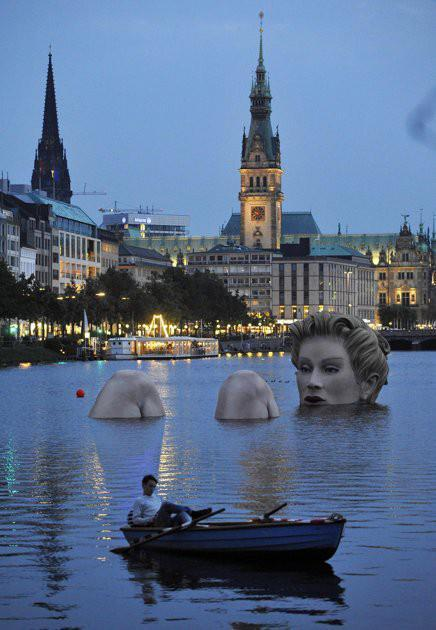 everythingturnsoutdope:  lifeisapartysogetupanddance:  Hamburg,Germany  Hamburg, meine Perle. I miss my hometown  Is this real life? I would love to see it some day!