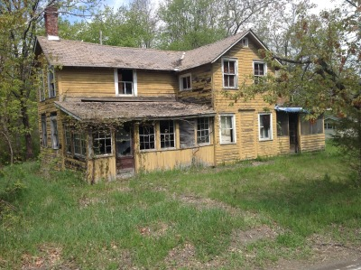 secondtime21athellskitchen:  Abandoned house New York Untouched for decades