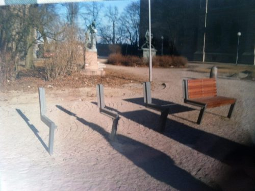 flytande:  I love this blog. It's a Swedish blog about bad places to sit. I submitted my own photo from my last trip to Sweden, we were walking to Moderna and went past this little park near the Nationalmuseum where the worst place to sit presented itself. It's not a great photo and my Swedish is weirdly bad too. FÖRLÅT! sittplatser:  I går fick vi ett trevligt mail:  Det här är brevid Nationalmuseum i Stockholm, nara till Strömkajen. Visst är det tråkigt!  Hälsningar, Amy