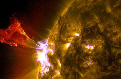 jedipug1:  (via Sun Unleashes Spectacular Solar Eruption : Discovery News)