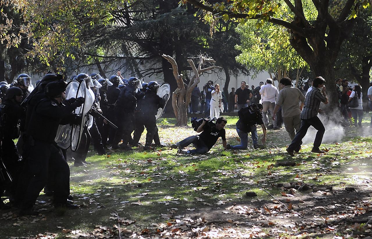 Agentes de la policía Metropolitana reprimen a trabajadores del gremio ATE en el hospital Borda, en el barrio porteño de Barracas. (DyN)