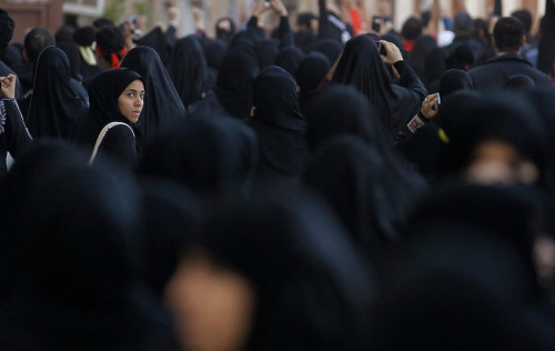 fotojournalismus:  Women take part in a march in the capital Manama, Bahrain, on Dec. 17, 2012. Protesters, shouting anti-government slogans, attempted to regroup from various points to march against a ban on demonstrations. Riot police dispersed them and arrested at least three protesters. [Credit : Hamad I Mohammed/Reuters]