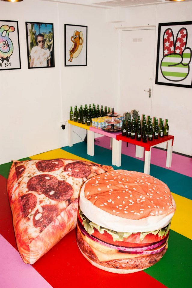 perfect room design: drinks, pizza, hamburger