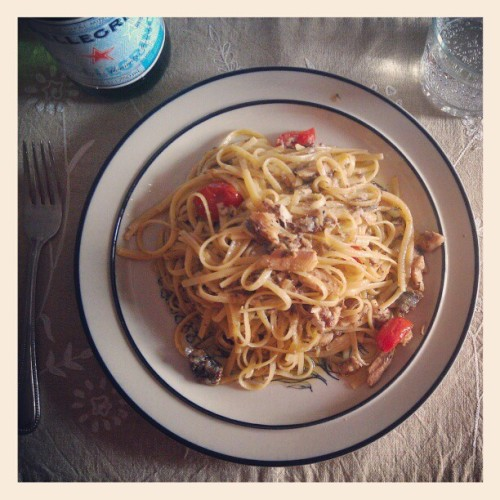 Linguine w/lightly smoked sardines packed in EVOO + cayenne pepper. A few cherry toms and squeeze of limone to dial it up. ;) #BuonAppetito #BuenProvecho #Lunch #Pasta #Almuerzo