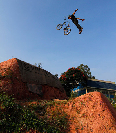duasrodasquevoam:  Leandro Overall - Rock Solid - VIRTUAL BMX Brazilian BMXer on Caracas Trails http://www.virtualbmx.com.br/index2.asp?res=0&pg=1