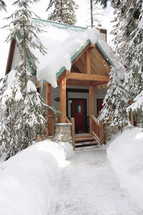 bluepueblo:  Mountain Cabin, Emerald Lake, British Columbia photo via arlene