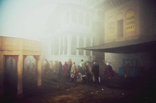 Funeral procession in the fog, Varanasi