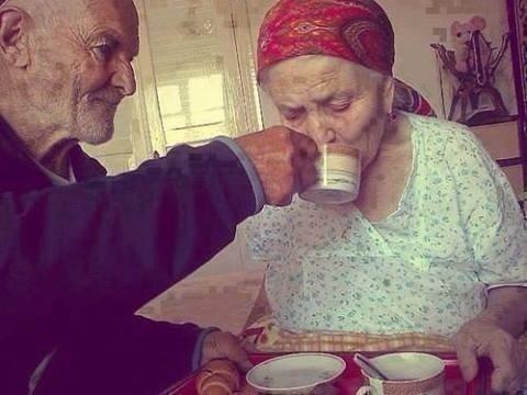 That 39 s all quest 39 uomo ha 80 anni e ogni mattina porta la for La colazione ha il tuo sorriso