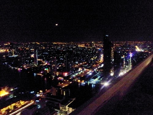 unknownshri:nnnNight view atop Sky Bar (2)nnnnBangkok, Thailand, circa 2011nEdited on Picasa