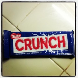 Un night snack ^_^ CRUNCH mi favorito ♥.♥ this is 1 ticket right in to my heart XD