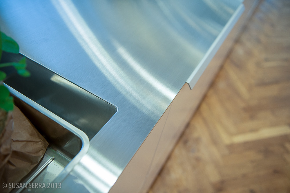 A fabulous, super thin countertop with integral, molded sink - precision fit for the most modern look. I like it - I think it is elegant simplicity. Uno Form showroom Copenhagen.