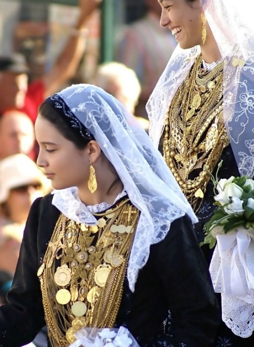 queen-yetta-rosenberg:  Viana do Castello - traditional bride outfit, Portugal