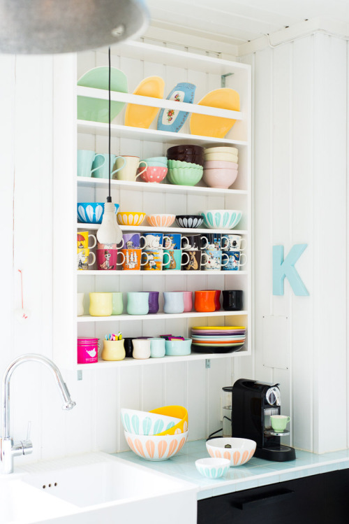 crowcrow:  the cutest kitchen! (via Fjeldborg: LotusLOVE.)