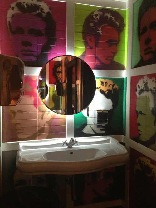 nazliince:  Best toilet ever! James Dean in Prague, Czech Republic.  Pfff… No saldría de ahí…
