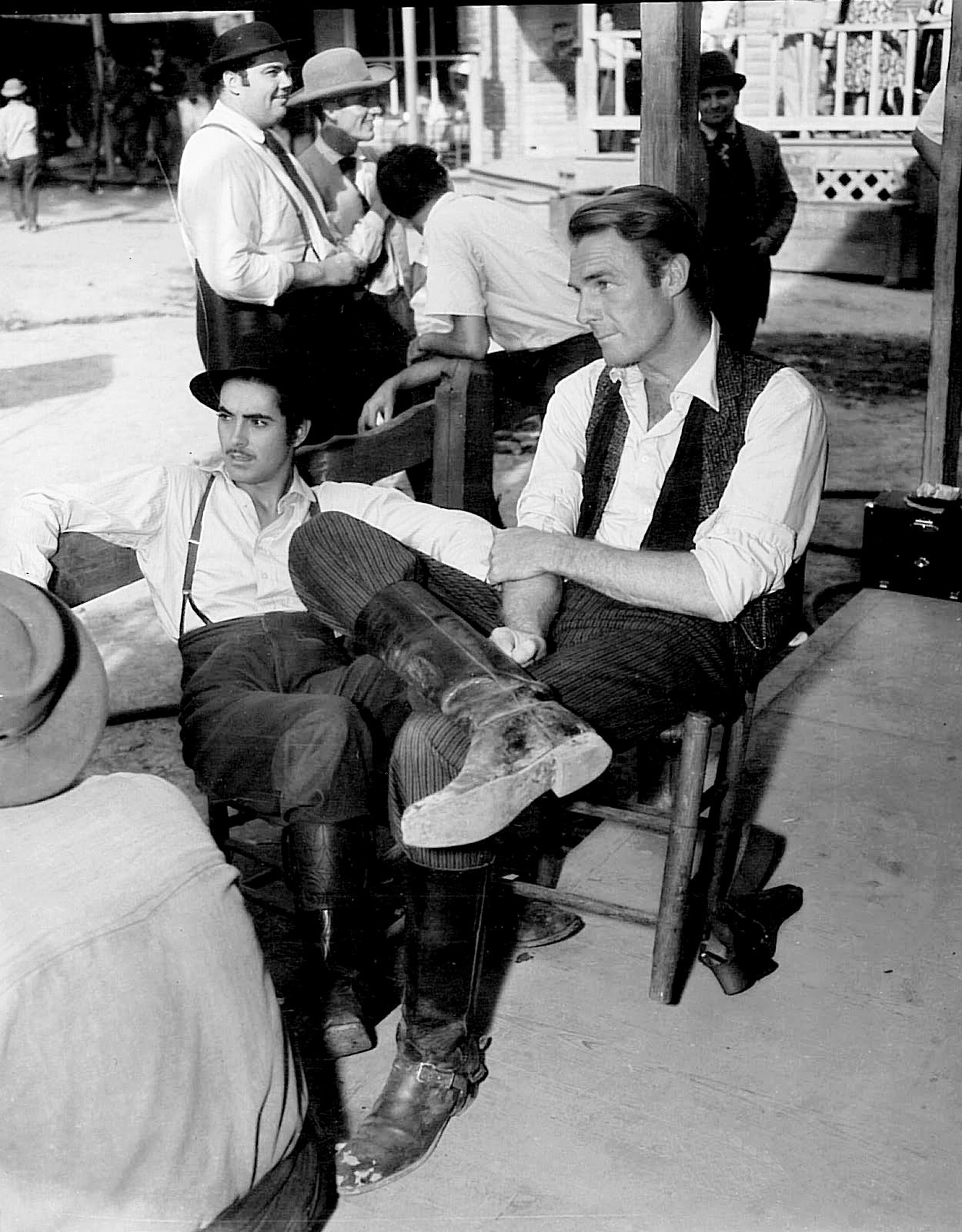 Tyrone Power and Randolph Scott taking a break on the set of Jesse James (Henry King, 1939)