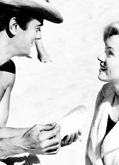 Tony Curtis and Marilyn Monroe on the set on Some Like It Hot (1959)